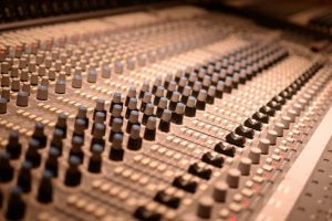 Großes Mischpult in einem Tonstudio